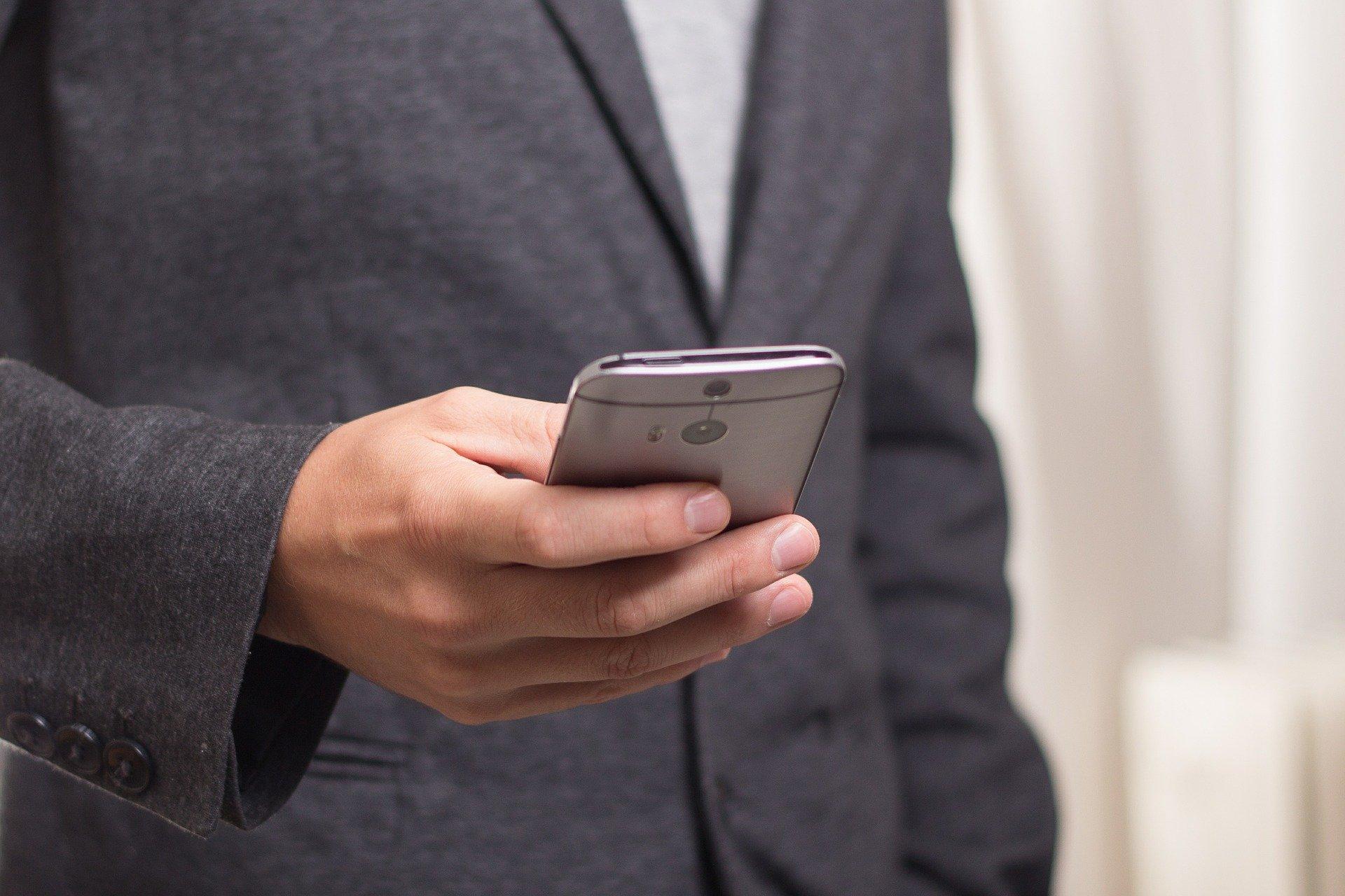 Paiements mobiles : smartphone au lieu de portefeuille  On arrive à peine à imaginer une époque où on payait en espèces et il fallait se connecter sur un ordinateur afin de réaliser la moindre transaction. Même pour des services qui étaient accessibles sur mobile, les paiements ne pouvaient se faire qu'à partir de l'ordinateur. Cette époque si lointaine à laquelle on fait référence ne remonte pourtant qu'à la décennie précédente. Depuis, de nombreuses entreprises se sont donné pour mission de développer des outils et plateformes spécialisées afin de rendre les paiements plus simples et sécurisés sur téléphone portable.   Paiements mobiles : avantages et inconvénients Si les paiements mobiles n'ont pas toujours eu la côte, c'est parce que pendant longtemps ils étaient vulnérables. Avant l'avènement du cloud et des technologies qui y ont élu résidence, réaliser des transactions depuis son mobile revenait à stocker les informations de paiements sur son téléphone.  Il suffisait donc d'accéder au mobile pour accéder à tous les avoirs d'un individu. On comprend donc sans peine que personne ne soit favorable à de tels scénarios ; ni les institutions bancaires, ni les opérateurs économiques et encore moins les particuliers.   Pourtant, les avantages des moyens de paiements mobiles étaient trop attrayants pour ignorer cette technologie. En effet, pouvoir accéder à des services n'importe où et pas uniquement chez soi. Pourvoir créer des synergies entre commerces, sites marchands et applications permettrait enfin de changer la donne. En particulier, dans l'industrie des jeux d'argent et des casinos en ligne en particulier.  Comment les entreprises de paiements ont-elles renversé la tendance ? Le gros obstacle au développement de paiements mobiles était la domiciliation des données sensibles. Les différents moyens de paiements présentés ci-dessous procèdent de manière innovante pour résoudre la problématique de la sécurité et de la fiabilité des paiements mobiles.   Square - un