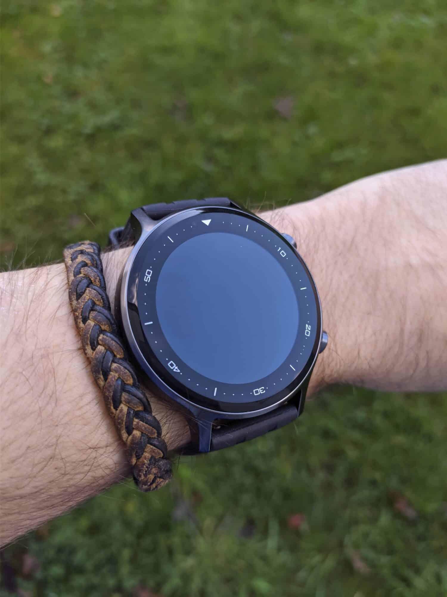 realme Watch S au poignet, écran éteint