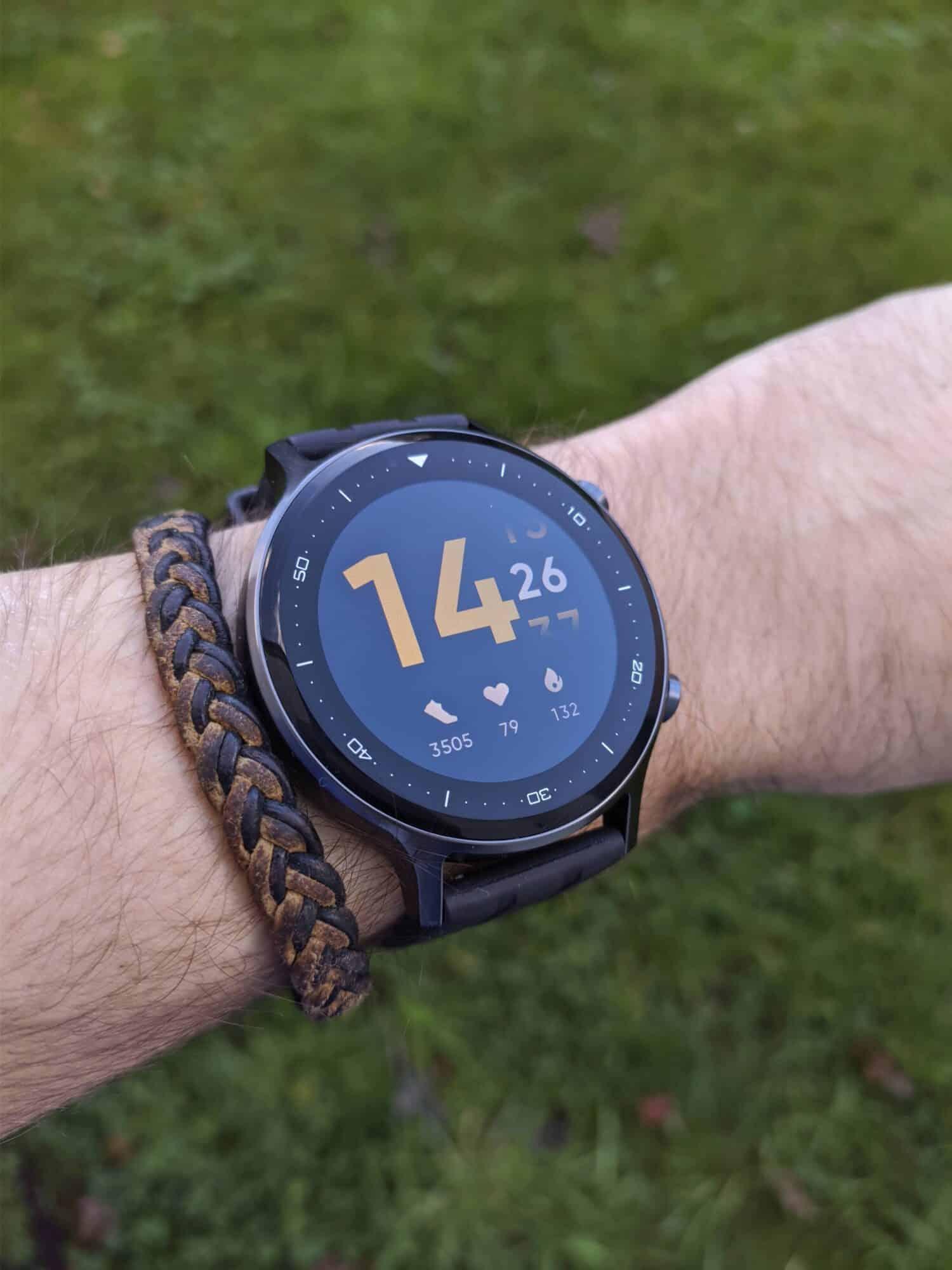 realme Watch S au poignet, écran allumé